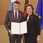 Staatsministerin Emilia Müller übergibt das Bundesverdienstkreuz am Bande an Michael Eibl. (Bild: © Gert Krautbauer, StMAS Pressestelle)